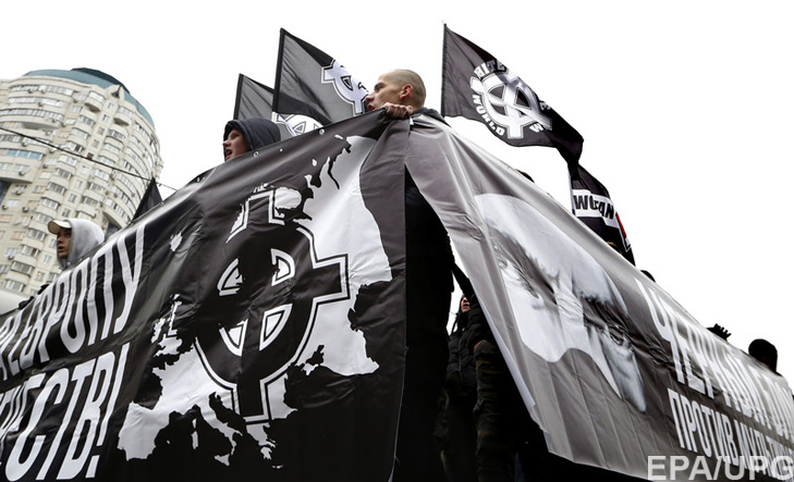 epa05010415 Russian ultra-nationalists take part in the so-called 'Russian March' in Moscow's suburb Lublino, Russia, 04 November 2015, marking the National Unity Day. The annual Russian March is timed to coincide with the Day of Popular Unity, a national holiday which this year marks expulsion of Polish occupiers from the Kremlin of the 1612. EPA/YURI KOCHETKOV