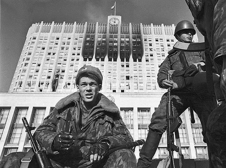 Спецподразделения первоначально появились в 12 городах трех советских республик, в их числе Москва, Ленинград, Минск и Рига<br>На фото бойцы ОМОНа у обстрелянного здания Белого Дома во время октябрьских событий 1993 года